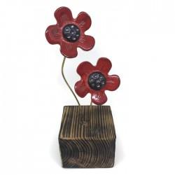 Kwiaty ceramiczne na drewnianym klocku czerwone