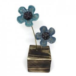 Kwiaty ceramiczne na drewnianym klocku turkusowe niebieskie