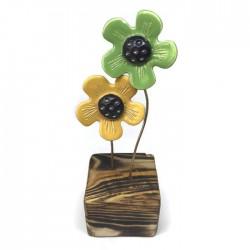 Kwiaty ceramiczne na drewnianym klocku zielone żółte