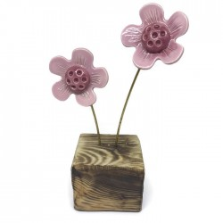 Kwiaty ceramiczne na drewnianym klocku różowe