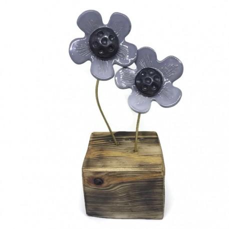 Kwiaty ceramiczne na drewnianym klocku szare