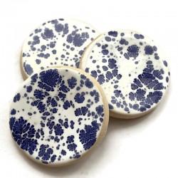 Kaboszon ceramiczny, koło 30mm gładki, biały w niebieskie plamy